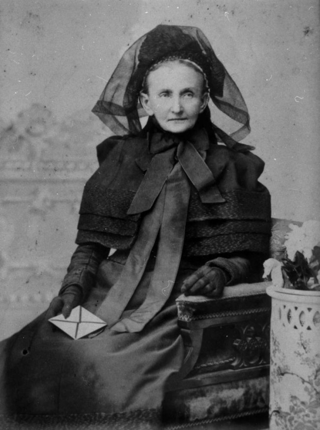 StateLibQld_1_130771_Elderly_woman,_possibly_dressed_in_mourning_clothes,_1890-1900