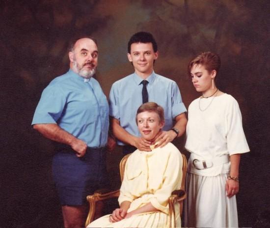 Weird-Odd-Family-Photos-Awkward-Killer