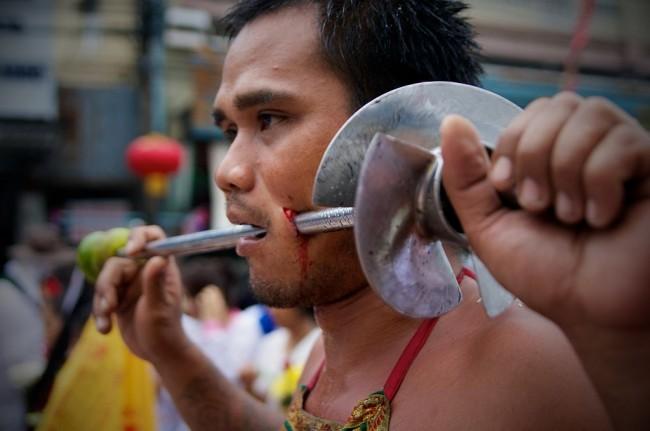1024px-Face_Piercing_Phuket_Vegetarian_Festival_31