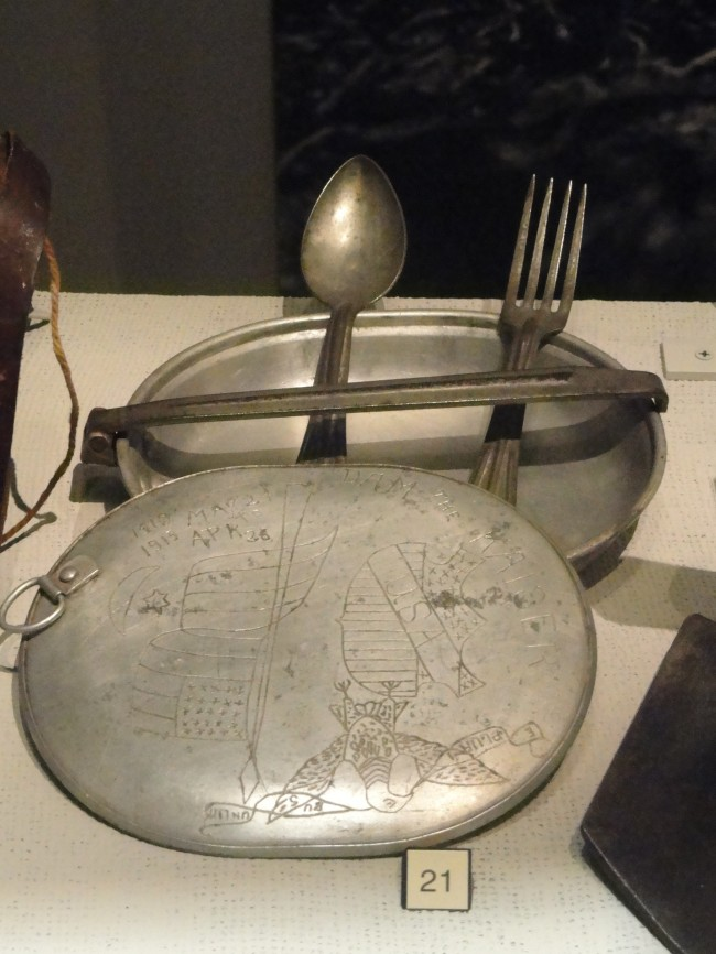 Mess_kit_or_meat_tin_with_trench_art,_World_War_I,_c._1918_-_North_Carolina_Museum_of_History_-_DSC06027
