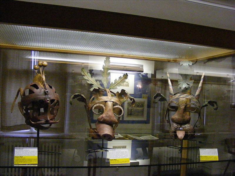 800px-3_Schandmasken_17.-18._Jhd.,_Österreich_-_Mittelalterliches_Kriminalmuseum_Rothenburg_ob_der_Tauber