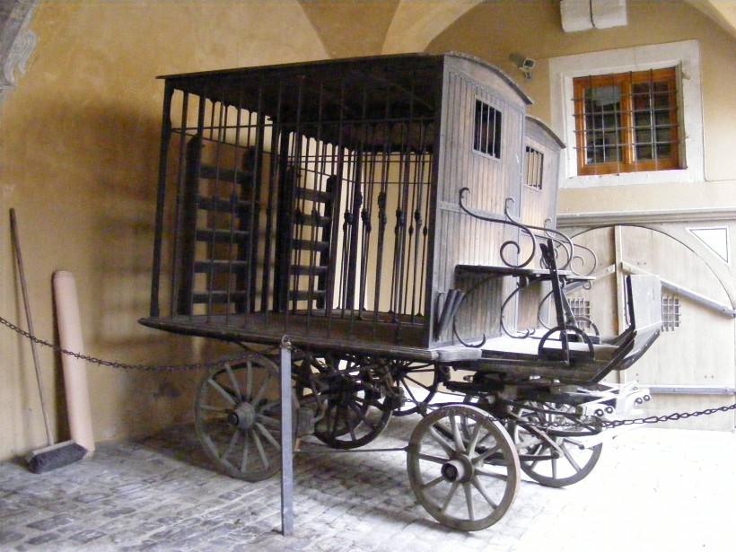 Prisoner_transport_carriage_-_Mittelalterliches_Kriminalmuseum_Rothenburg_ob_der_Tauber