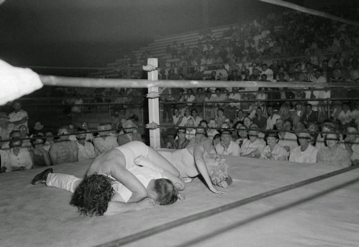 Women wrestling at Borleske Stadium, Jul 24 1957 (4)-1