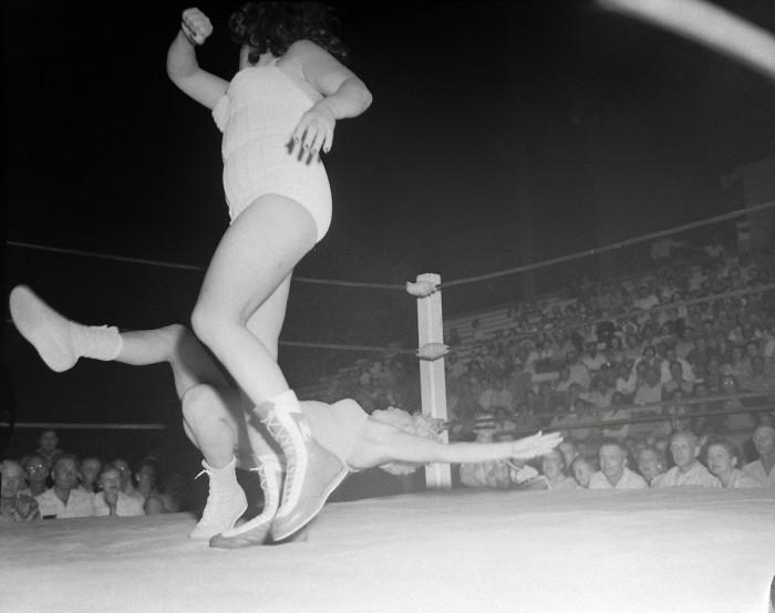 Women_wrestling_Borleske_Stadium_Moolah_v_Hild_blonde_Jul_24_1957_3_