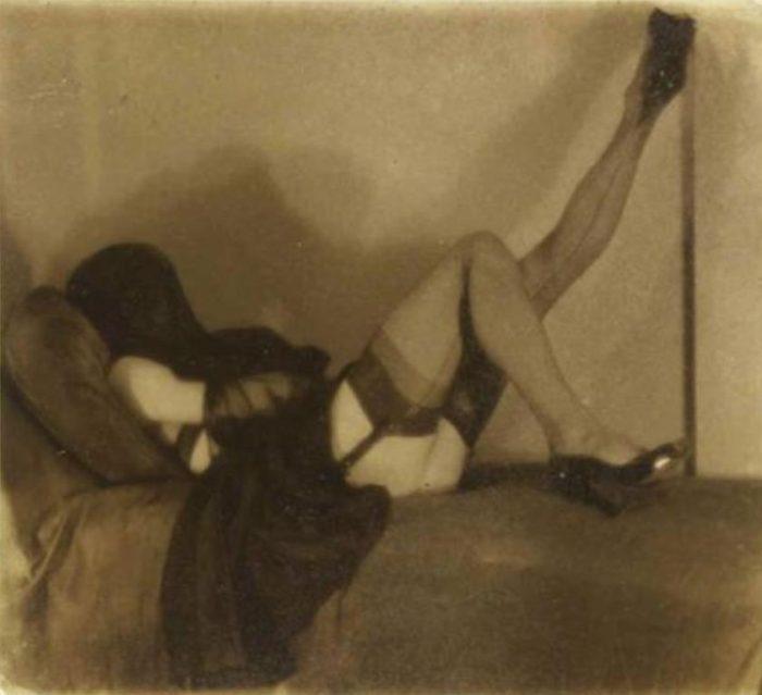 pierre-molinier-autoportrait-couchc3a9-visage-voilc3a9-jambe-gauche-levc3a9e-1955-via-paris-art