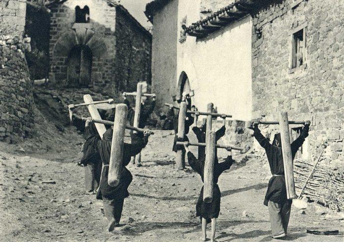 José-Ortiz-Echagüe-Photography-Carrying-The-Cross