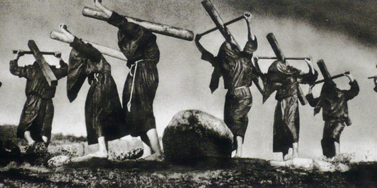 José-Ortiz-Echagüe-Photography-Carrying-The-Crosses